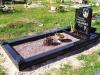 Hauapiire graniidist, PPP, ristlõikega 15x15cm, 1 hauakoht (laius 125cm, pikkus 250cm), serva laius 15cm, serva kõrgus 15cm, pealt püramiidi kujulised nurgapostid, sirge lilleriba mullaga, graniitkillustik punakas