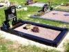 Hauapiire graniidist, PPP, ristlõikega15x15cm, 1 hauakoht (laius 125cm, pikkus 250cm), serva laius 15cm, serva kõrgus 15cm, pealt püramiidi kujulised nurgapostid, sirge lilleriba mullaga, graniitkillustik punakas