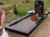 Hauapiire graniidist, PPP, ristlõikega 15x15cm, 1 hauakoht (laius 125cm, pikkus 250cm), serva laius 15cm, serva kõrgus 15cm (peatsis 20cm), sirge lilleriba mullaga, graniitkillustik hele