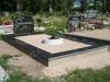 Hauapiire graniidist plaatidega, SPS-15 must, 1 hauakoht (laius 125cm, pikkus 250cm), betoonist vundamendil, serva laius 15cm, sirge lilleriba mullaga, vaas,  liiv