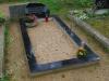 Hauapiire graniidist plaatidega, SPS-15 must, 1 hauakoht (laius 125cm, pikkus 250cm), betoonist vundamendil, serva laius 15cm, vaas mullaga, liiv
