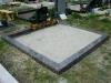 Hauapiire graniidist plaatidega, PPS-15 balti pruun, 2 hauakohta (laius 250cm, pikkus 250cm), betoonist vundamendil, serva laius 15cm, sirge lilleriba mullaga, liiv