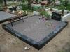Hauapiire graniidist plaatidega, PPS-15 must, pealt ja väljast kaetud plaatidega, 2 hauakohta (laius 250cm, pikkus 250cm), betoonist vundamendil, serva laius 15cm, graniitkilustik tume mix