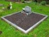 Hauapiire graniidist plaatidega, SPS-10 helehall, 2 hauakohta (laius 250cm, pikkus 250cm), betoonist vundamendil, serva laius 10cm, lillekast mullaga, graniitkillustik tume mix