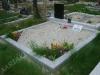 Hauapiire graniidist plaatidega, SPS-15 helehall,  2 hauakohta (laius 250cm, pikkus 250cm), betoonist vundamendil, serva laius 15cm, lillenurgad mullaga, liiv