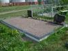 Hauapiire graniidist plaatidega, SPS-10 must, 4 hauakohta (laius 500cm, pikkus 250cm), betoonist vundamendil, serva laius 10cm, sirge lilleriba mullaga, graniitkillustik punakaspruun