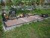 Hauapiire graniidist plaatidega, SPS-15 must, 4 hauakohta (laius 500cm, pikkus 250cm), betoonist vundamendil, graniidist nurgapostid, serva laius 15cm, sirge lilleriba mullaga, graniitkillustik punakas, kõnniteeplaadid, pink