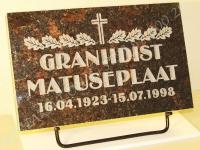 Hauaplaat [0100] 40x25x3cm, tumepruun graniit, pilt-2, kiri-2, naturaalne, metallist alus