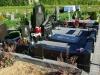 Graniidist hauapiire Jõhvi kalmistul, must poleeritud graniit, pealt püramiidikujulised postid (08)