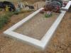 Klassikaline betoonpiire, 1 hauakoht (laius 125cm, pikkus 250cm), serva laius 15cm, madal päis, sirge lilleriba mullaga, liiv