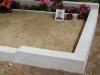Klassikaline betoonpiire, 3 hauakohta (laius 375cm, pikkus 250cm), serva laius 15cm, kõrge päis, sirge lilleriba mullaga, liiv