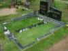 Graniidist hauapiire Tallinna Metsakalmistul, mitmekihiline, pealt poleeritud, servad murtud, muruvaip (02)