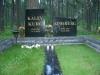 Graniidist hauapiire Tallinna Metsakalmistul, mitmekihiline, pealt poleeritud, servad murtud, muruvaip (03)
