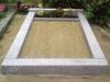 Hauapiire lihvitud betoonist, hall kild ja hall tsement, 1 hauakoht (laius 125cm, pikkus 250cm), serva laius 15cm, kõrge päis, sirge lilleriba mullaga, liiv