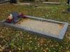 Hauapiire lihvitud betoonist, must kild ja hall tsement, 1 hauakoht (laius 125cm, pikkus 250cm), serva laius 15cm, kõrge päis, sirge lilleriba mullaga, liiv