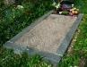 Hauapiire lihvitud betoonist, must kild ja hall tsement, 1 hauakoht (laius 125cm, pikkus 250cm), serva laius 15cm, madal päis, sirge lilleriba mullaga, liiv