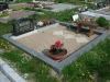 Hauapiire lihvitud betoonist, must kild ja hall tsement, 2 hauakohta (laius 250cm, pikkus 250cm), serva laius 15cm, madal päis, sirge lilleriba mullaga, liiv