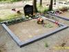 Hauapiire lihvitud betoonist, must kild ja hall tsement, 2 hauakohta (laius 250cm, pikkus 250cm), serva laius 15cm, kõrge päis, sirge lilleriba mullaga, liiv