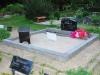Hauapiire lihvitud betoonist, must kild, ja hall tsement, 2 hauakohta (laius 250cm, pikkus 250cm), serva laius 15cm, kõrge päis, sirge lilleriba mullaga, liiv