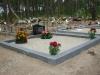 Hauapiire lihvitud betoonist, must kild ja hall tsement, 2 hauakohta (laius 250cm, pikkus 250cm), serva laius 15cm, madal päis, liiv