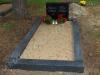 Hauapiire lihvitud betoonist, must kild ja must tsement, 1 hauakoht (laius 125cm, pikkus 250cm), serva laius 15cm, madal päis, liiv