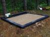 Hauapiire lihvitud betoonist, must kild ja must tsement, 2 hauakohta (laius 125cm, pikkus 250cm), serva laius 15cm, kõrge päis, sirge lilleriba mullaga, liiv