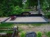 Hauapiire lihvitud betoonist, must kild ja must tsement, 4 hauakohta (laius 500cm, pikkus 250cm), serva laius 15cm, madal päis, nurgapostid, lillekast mullaga, liiv