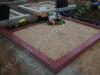 Hauapiire lihvitud betoonist, must kild ja punane tsement, 2 hauakohta (laius 250cm, pikkus 250cm), serva laius 15cm, kõrge päis, sirge lilleriba mullaga, liiv