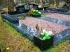 Hauapiire Liiva kalmistul, pealt poleeritud ja murtud servadega graniidist, graniidist nurgavaasid (01)
