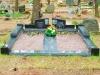Hauapiire Liiva kalmistul, pealt poleeritud ja murtud servadega graniidist, graniidist nurgavaasid (03)