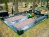 Hauapiire Liiva kalmistul, pealt poleeritud ja murtud servadega graniidist, graniidist nurgavaasid (04)