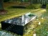 Lennart Meri haud Tallinna Metsakalmistul, mustast poleeritud graniidist hauakivi, kivist trepp ja pink (01)