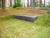 Lennart Meri haud Tallinna Metsakalmistul, mustast poleeritud graniidist hauakivi, kivist trepp ja pink - pink