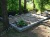 Hauapiire paekivist, 10cm x 1-2 rida, 4 hauakohta (laius 500cm, pikkus 250cm), lillenurk ja sirge lilleriba mullaga, liiv, kivist pink, hauakivid