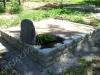 Hauapiire paekivist, 10cm x 1-3 rida, 2 hauakohta (laius 250cm, pikkus 250cm), lillenurk mullaga, liiv, hauakivi