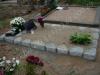 Hauapiire paekivist, 10cm x 1 rida, 1 hauakoht (laius 125cm, pikkus 250cm), liiv, sirge lilleriba mullaga, hauaplaat