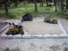 Hauapiire paekivist, 10cm (1 rida), 2 hauakohta, 2 lillenurka, muld, liiv, hauakivi