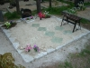 Hauapiire paekivist, 10cm x 1 rida, 2 hauakohta (laius 250cm, pikkus 250cm), 2 lillenurka mullaga, liiv, pink, latern, hauakivi