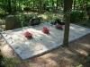 Hauapiire paekivist, 10cm x 1 rida, 3 hauakohta (laius 375cm, pikkus 250cm), lillenurk mullaga, liiv, hauakivi