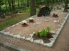 Hauapiire paekivist, 10cm x 1 rida, 4 hauakohta (laius 500cm, pikkus 250cm), lillenurk mullaga, liiv, hauakivi