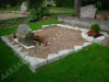 Hauapiire paekivist, 15cm x 1-2 rida, 2 hauakohta (laius 250cm, pikkus 250cm), lillenurk mullaga, liiv, hauakivi