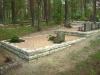 Hauapiire paekivist, erikuju, 15cm x 1-3 rida,  6 hauakohta (laius 750cm, pikkus 250cm), osaliselt 3-1 rida, 3 astmeline, lillenurk mullaga, liiv, hauakivid