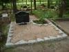 Hauapiire paekivist, 15cm x 1 rida, 2 hauakohta (laius 250cm, pikkus 250cm), lillenurk mullaga, liiv, hauakivi