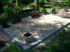 Hauapiire paekivist, 15cm x 1 rida, 3 hauakohta (laius 375cm, pikkus 250cm), 2 lillenurka ja vaas mullaga, liiv, hauakivid