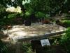 Hauapiire paekivist, 15cm x 1 rida, 3 hauakohta (laius 375cm, pikkus 250cm), kaarjad nurgad, 2 lillenurka mullaga, liiv, hauakivi