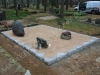 Hauapiire paekivist, 15cm x 1 rida, 3 hauakohta (laius 375cm, pikkus 250cm), vaas mullaga, liiv, hauakivi