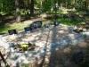 Hauapiire paekivist, 15cm x 1-2 rida, 4 hauakohta (laius 500cm, pikkus 250cm), 2 lillenurka mullaga, liiv, hauakivi, hauaplaadid