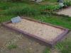 Hauapiire pesubetoonist lego, punakaspruun kild ja punakaspruun tsement, 1 hauakoht (laius 125cm, pikkus 250cm), serva laius 13cm, liiv