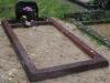 Hauapiire pesubetoonist lego, punakaspruun kild ja punakaspruun tsement, 1 hauakoht (laius 125cm, pikkus 250cm), serva laius 13cm, sirge lilleriba mullaga, liiv