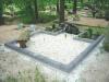 Hauapiire pesubetoonist lego, hall kild ja hall tsement, 2 hauakohta (laius 250cm, pikkus 250cm), serva laius 13cm, lillenurgad (75x75cm) mullaga, liiv, pink